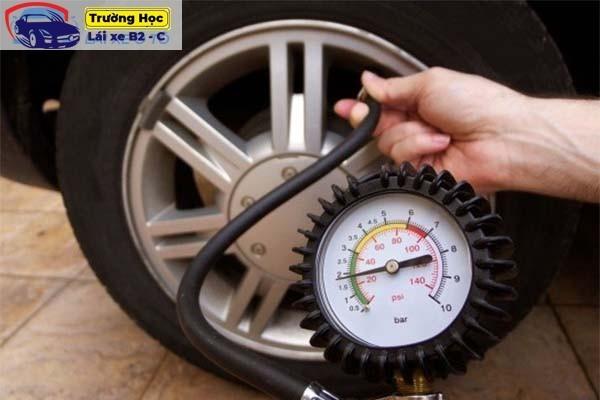 Áp suất lốp xe ô tô là gì? Đo áp suất lốp xe đúng cách nhất