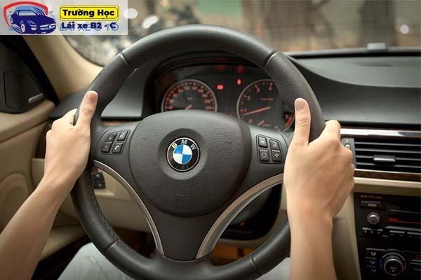 cách trả lái thẳng cho người mới tập lái ô tô