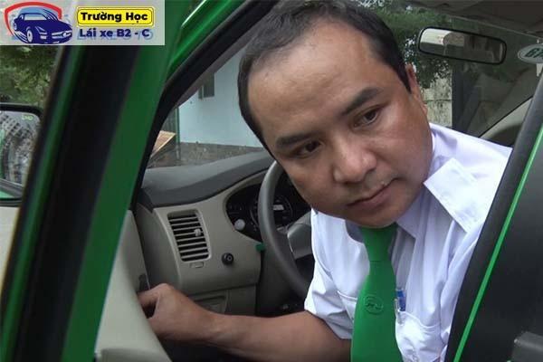 cách mở cửa xe taxi và xe ô tô các loại chuẩn an toàn