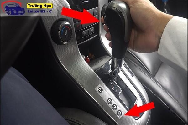 Hướng dẫn gạt số thủ công trên xe ô tô tự động