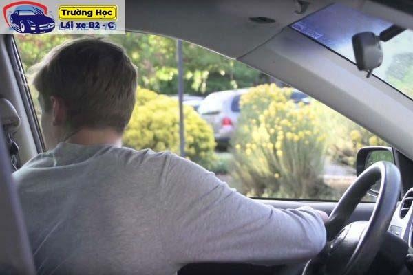 Hướng dẫn mẹo lùi xe vào chuồng đơn giản cho người tập lái